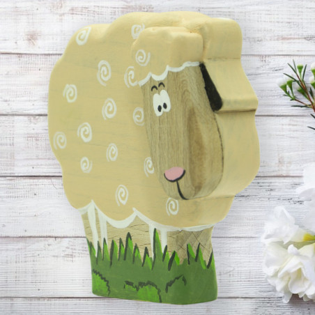 Фигурка деревянной овечки